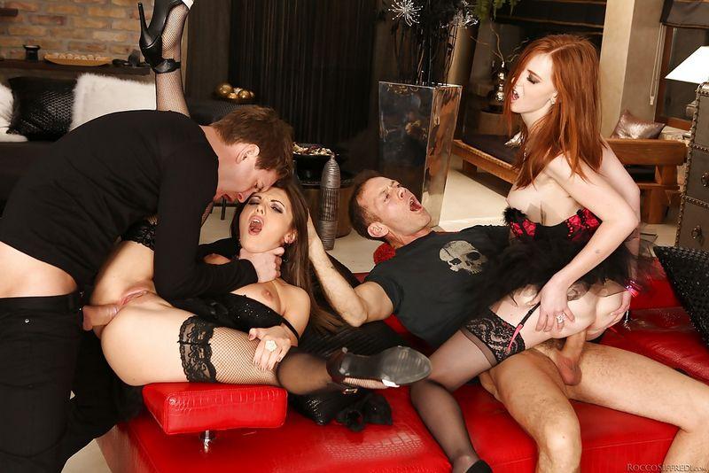 На красном диване типы грубо долбят девушек в задний проход