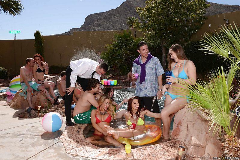 Девицы устроили групповушку на вечеринке у бассейна